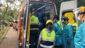 Los servicios de emergencias atienden a la cuidadora que ha sufrido el accidente.