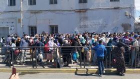 Marroquíes esperan el paso a su país desde Melilla.
