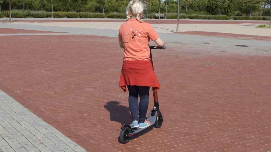 Con este patinete la velocidad de desplazamiento ronda los 20 km/h.