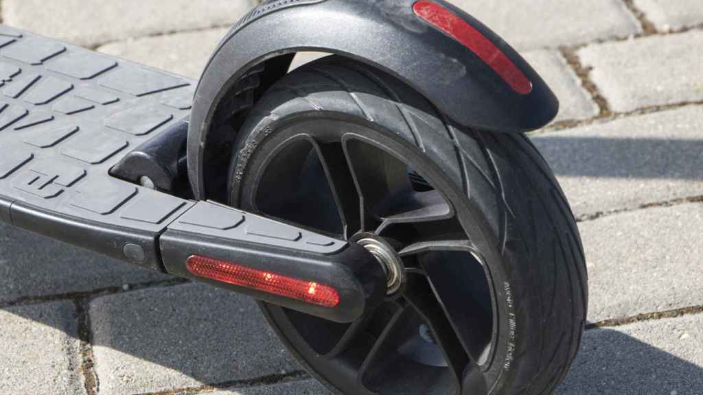 El freno trasero se acciona pisando en el guardabarros del vehículo.