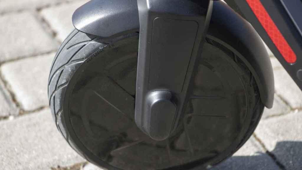 La rueda delantera tiene 8 pulgadas.