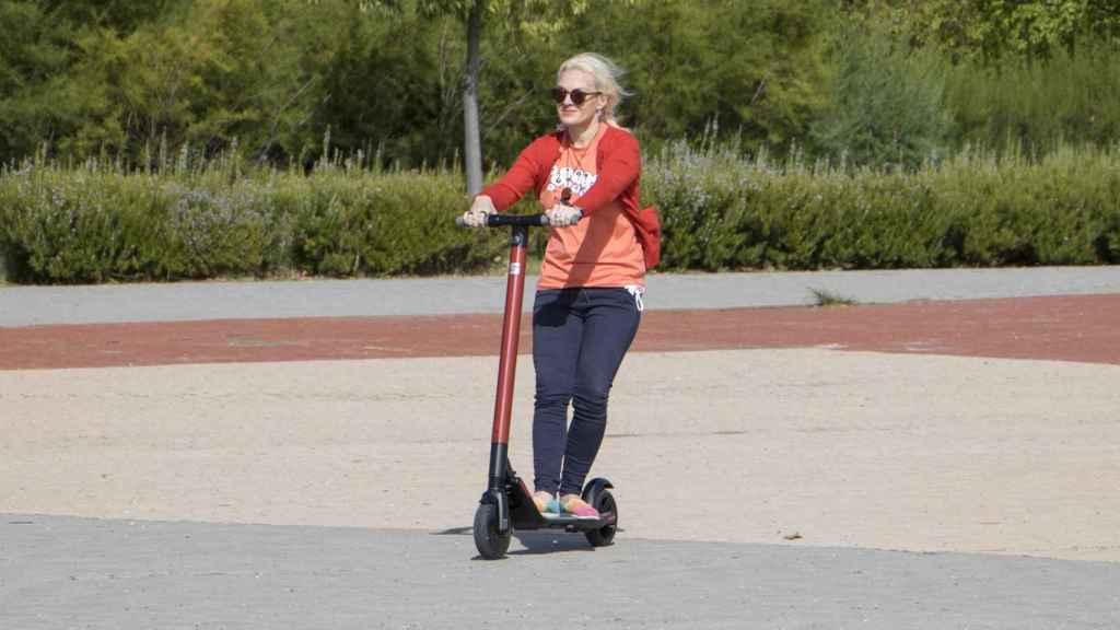 Los parques son un lugar ideal para desplazarse con el patinete de Seat.