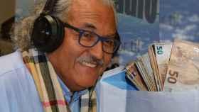 Osvaldo Jerez y el sobre con dinero que entró al bajarse del autobús en Madrid.