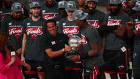 Erik Spoelstra y Jimmy Butler, con el título de la Conferencia Oeste de la NBA de los Miami Heat