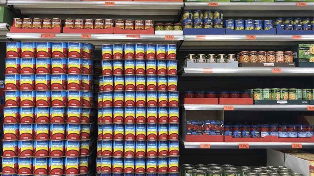 Un lineal de tomate en conserva de la marca Hacendado.
