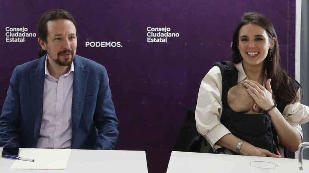 Pablo Iglesias e Irene Montero permanecen atentos a la evolución de sus mellizos.