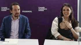 Pablo Iglesias e Irene Montero con su hija pequeña, Aitana.