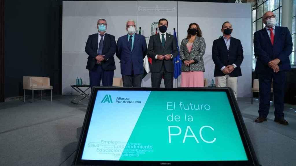 Imagen de archivo de la firma de la Declaración Institucional sobre el futuro de la próxima PAC con el presidente de la Junta de Andalucía, Juanma Moreno; la consejera de Agricultura, Carmen Crespo, y representantes de las organizaciones agrarias.
