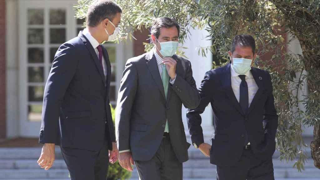 Pedro Sánchez, presidente del Gobierno, y Antonio Garamendi y Gerardo Cuerva, presidentes de CEOE y Cepyme.