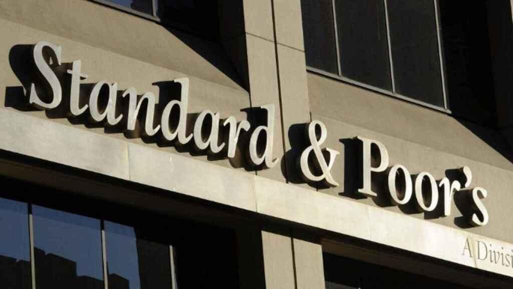 Las agencias de rating vigilan a la banca y ligan su recuperación a las reformas del Gobierno.