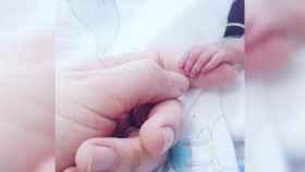 La mano de la pequeña Ane, días después de nacer.