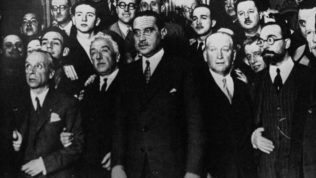 Largo Caballero en 1931, rodeado de miembros del gobierno provisional de la Segunda República.