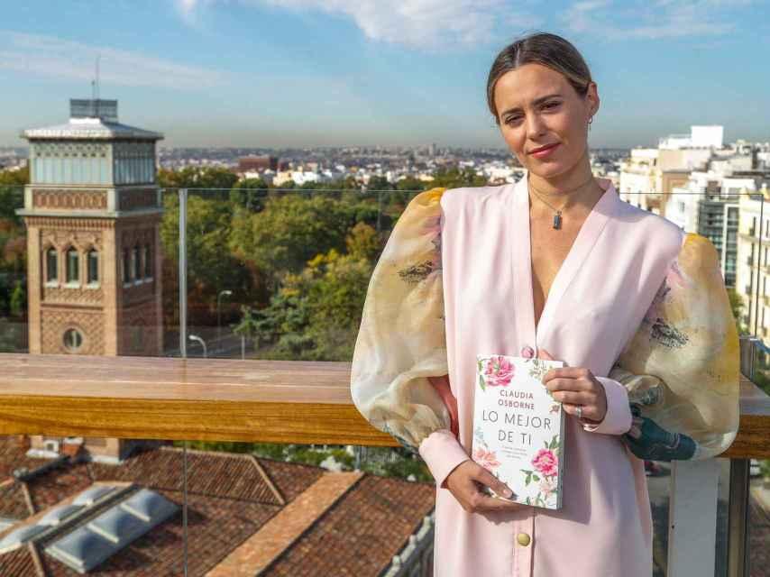 La hija pequeña de Bertín Osborne posando con su primer libro en Madrid.