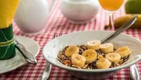 Un plato de cereales con plátano.