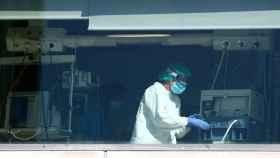 Un trabajador de la UCI en el Hospital de La Paz de Madrid.
