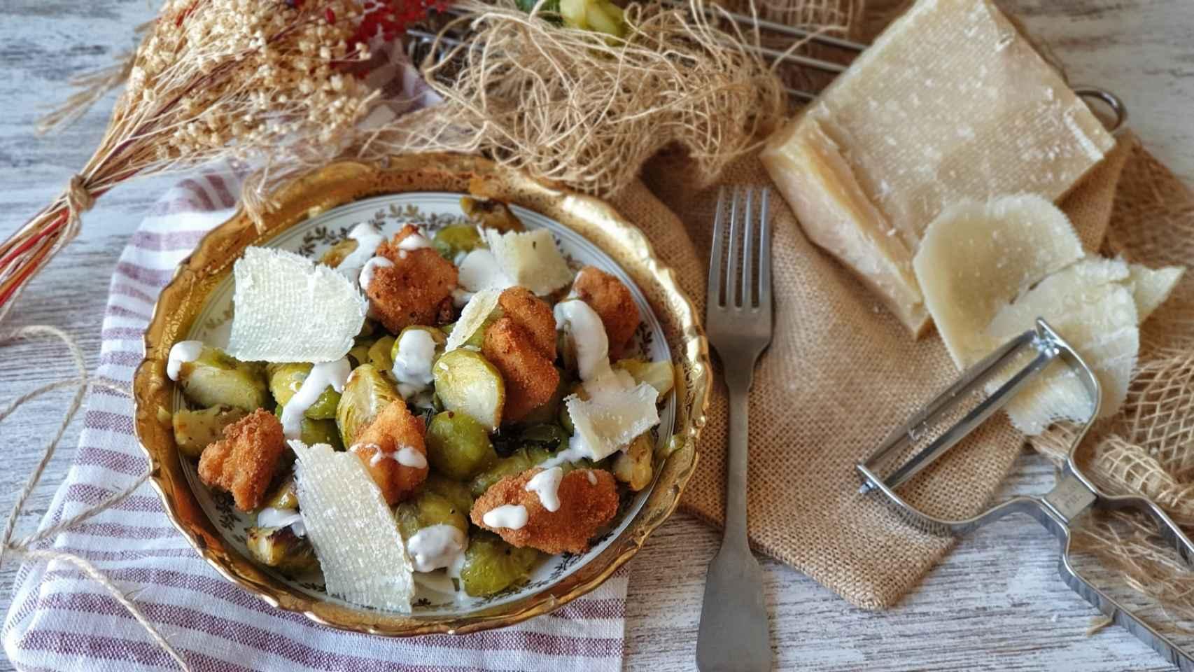 Ensalada César de coles de Bruselas y pollo, ¡riquísima!
