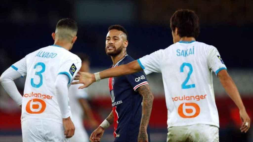 Neymar cara a cara con Álvaro González y Sakai
