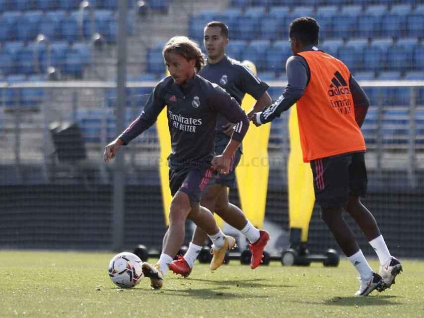 Modric conduce el balón en el entrenamiento del Real Madrid