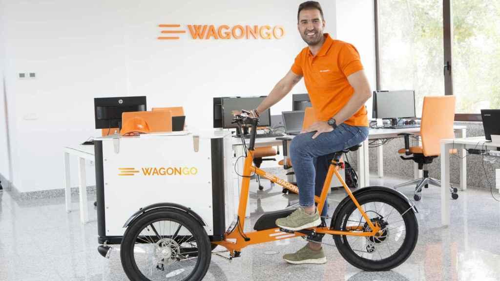 Miguel Ángel del Pino, CEO y fundador de WagonGO, con su triciclo eléctrico.