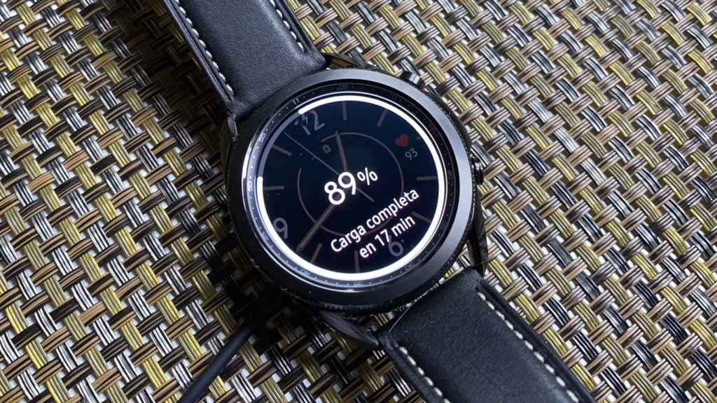 Con el Samsung Galaxy Watch 3 se incluye un cargador inalámbrico