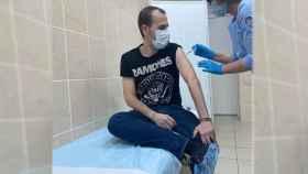 Carlos Moraga, recibiendo la primera dosis de la vacuna rusa contra el coronavirus.