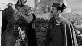 Un guardia habla con el actor Charlton Heston durante el rodaje.