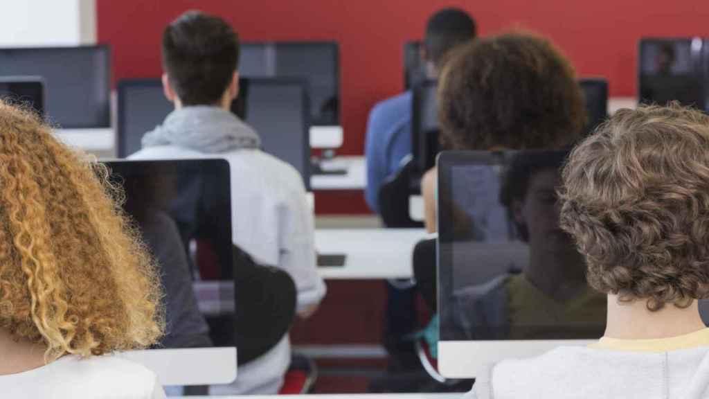 Los alumnos utilizan el ordenador durante una clase.