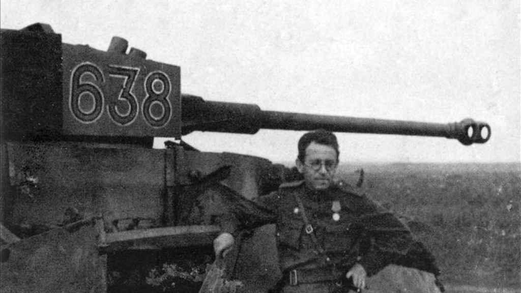 Vasili Grossman al lado de un tanque.