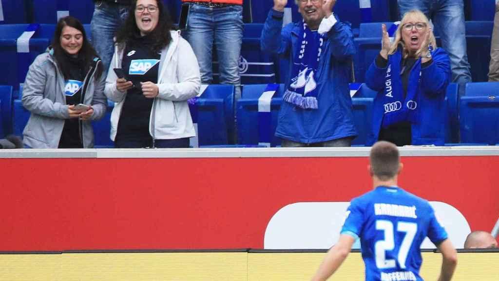 Andrej Kramaric celebra un gol con la afición en el Hoffenheim - Bayern de Munich de la Bundesliga