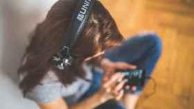 Una imagen de una persona escuchando música.