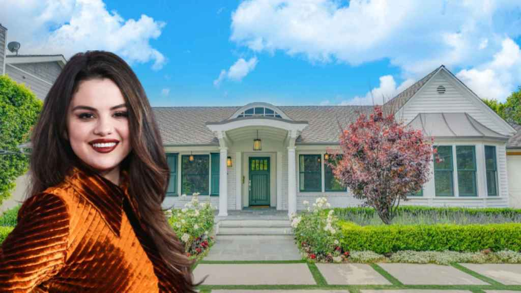 Selena Gomez, junto a la casa que acaba de vender en Los Ángeles, en un fotomontaje de JALEOS.