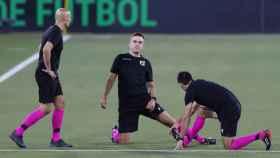 Los árbitros calientan antes del Betis - Real Madrid