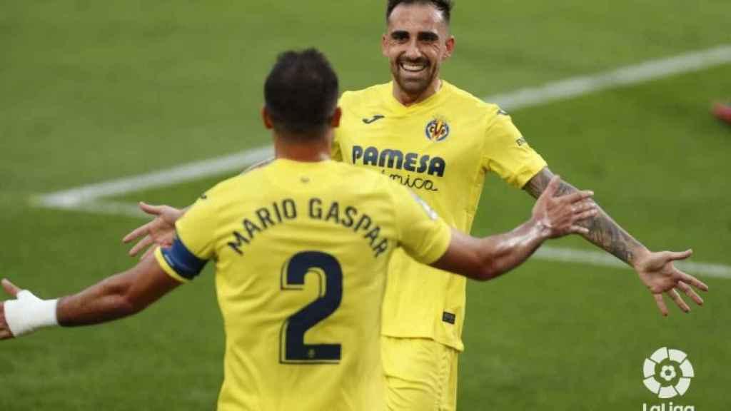 Paco Alcácer y Mario Gaspar celebran el gol del Villarreal en La Liga