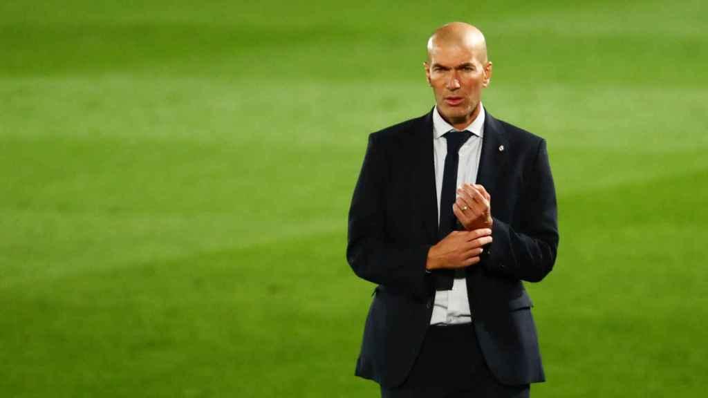 Zinedine Zidane, en la banda del Alfredo Di Stéfano durante el partido frente al Real Valladolid