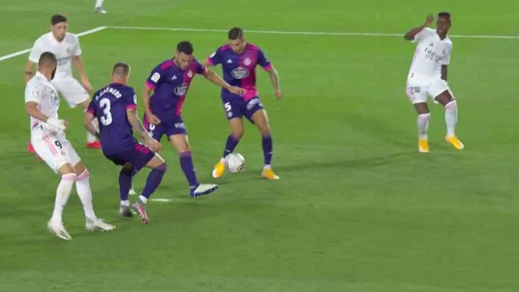 Los jugadores del Real Valladolid habilitan la posición de Vinicius en su gol