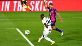 Vinicius Jr dispara el balón dentro de la portería del Real Valladolid