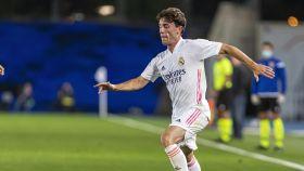 Álvaro Odriozola contra el balón y busca un compañero