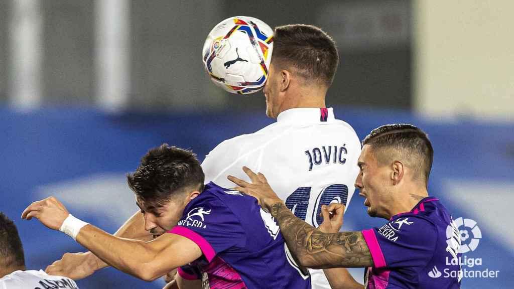 Jovic remata de cabeza dentro del área del Real Valladolid