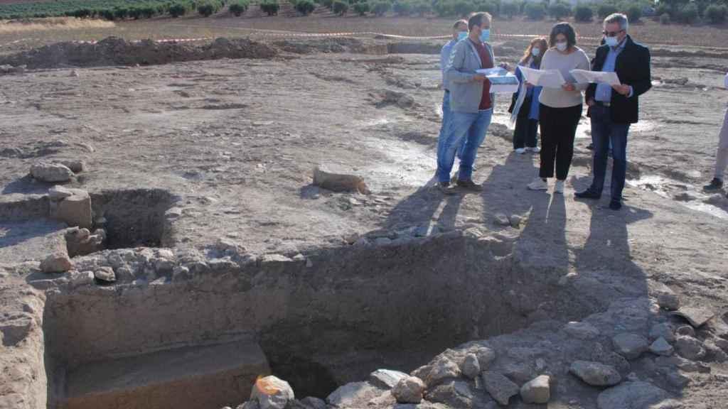Las autoridades locales visitando el yacimiento.