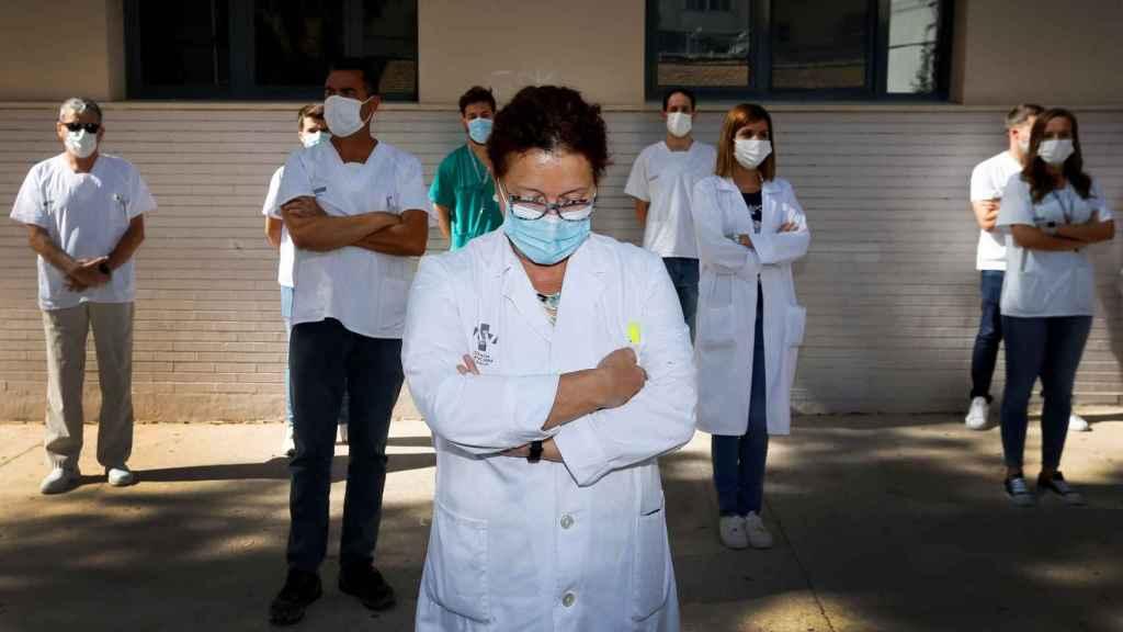 Un grupo de médicos manifestándose.