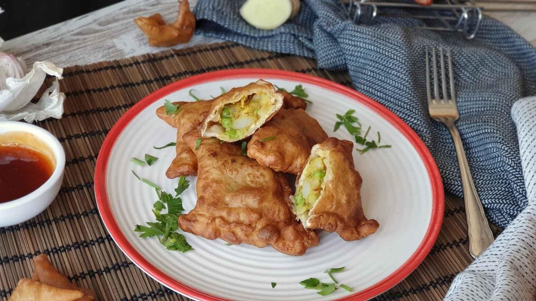 Empanadillas de patata, guisantes y curry, receta de samosas indias