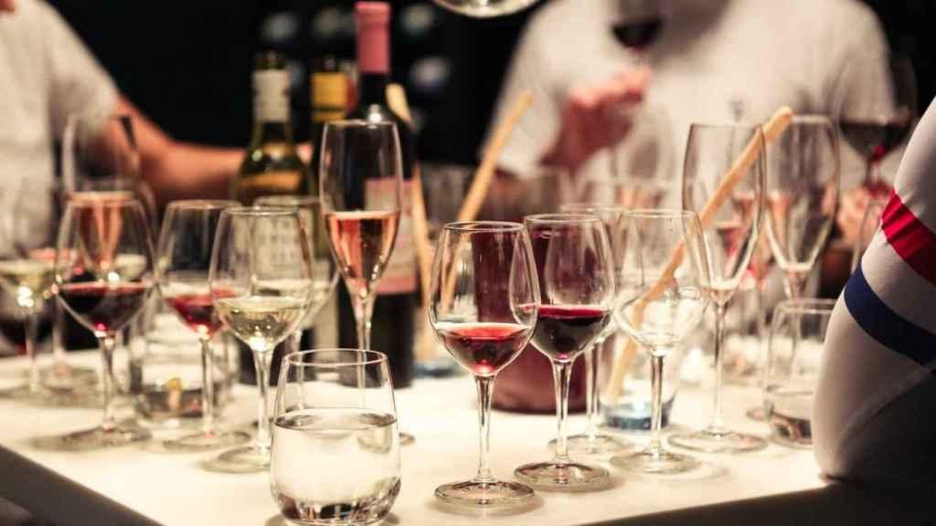 Las reuniones se reducen, pero no el vino.