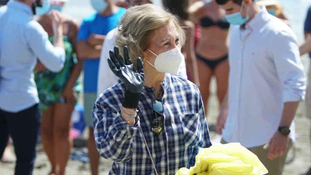 La reina Sofía, en la playa de Rincón de la Victoria.