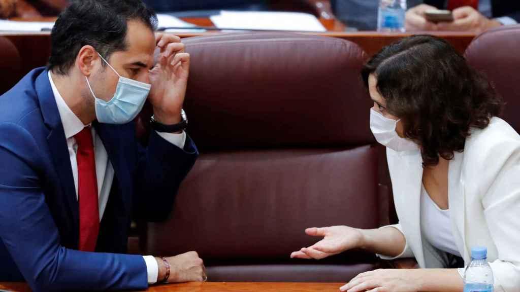 La presidenta de la Comunidad de Madrid, Isabel Díaz Ayuso, conversa con el vicepresidente, Ignacio Aguado.