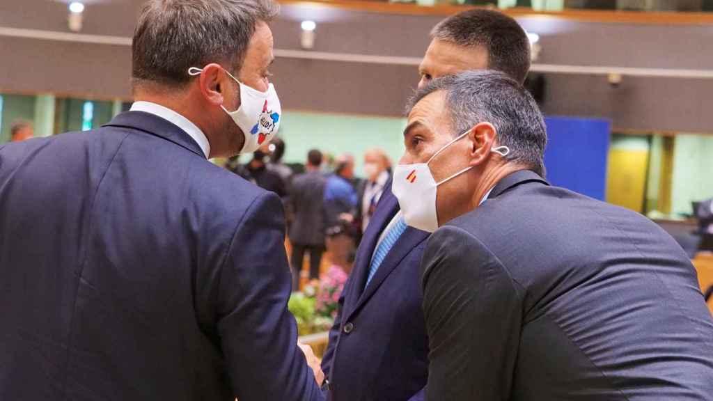 Pedro Sánchez conversa con Xavier Bettel durante la cumbre de este jueves