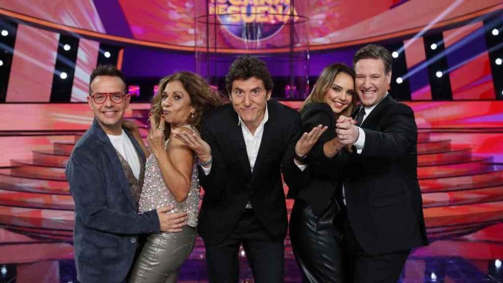 El jurado de 'TCMS' compuesto por Ángel Llàcer, Lolita, Chenoa y Carlos Latre, junto al presentador, Manel Fuentes.