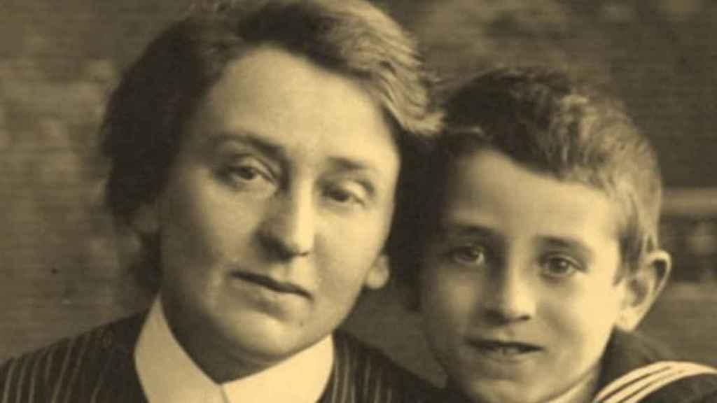 Vasili Grossman junto con su madre Yekaterina, quien sería asesinada por los nazis.