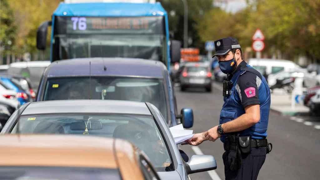 Policía Local haciendo un control por las restricciones Covid en Madrid