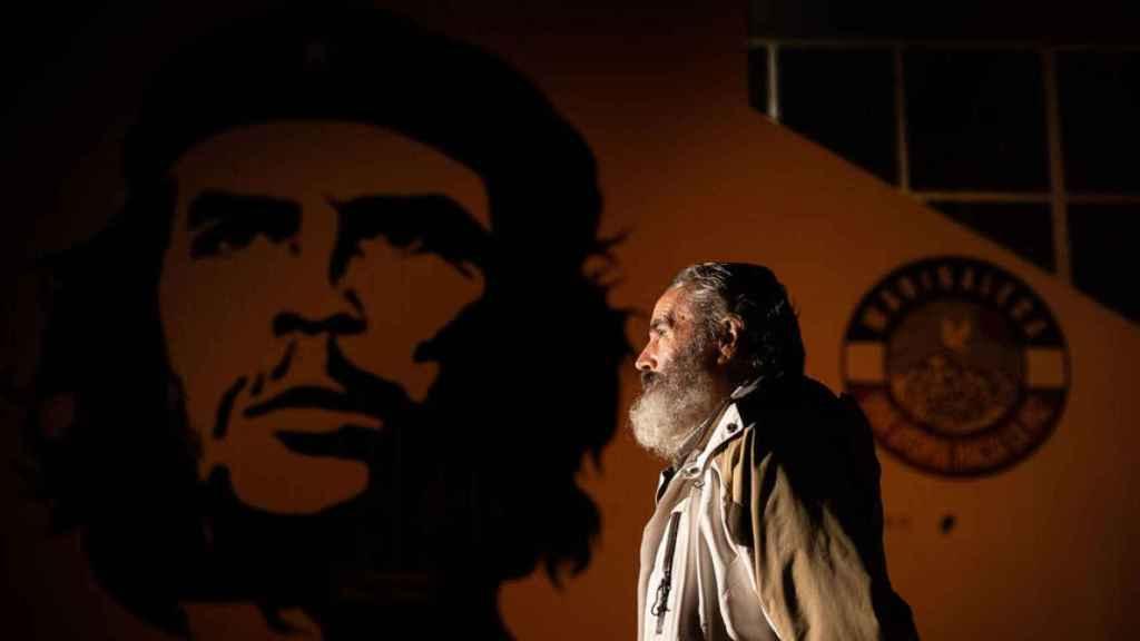 Sánchez Gordillo frente a un retrato del Che que ocupa toda la fachada del pabellón deportivo municipal.