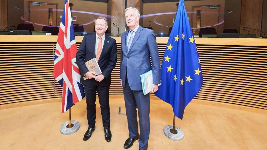 El negociador británico del 'brexit', David Frost, junto con el anterior representante europeo, Michel Barnier